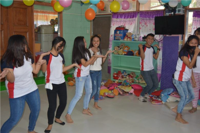 Serving one's neighbor: Philippine students visit orphanage